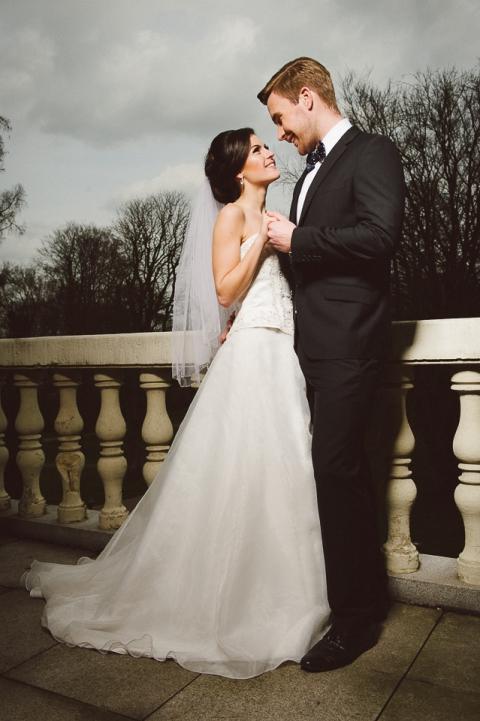 Brautpaarportrait auf Balkon