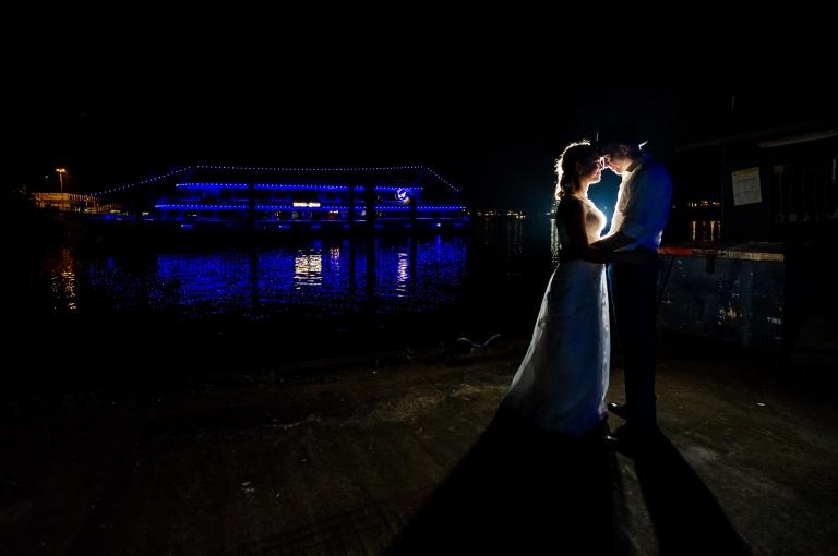 Hochzeit Hamburg Brautpaarportrait Nachtportrait im Hafen Finkenwerder Fleet3
