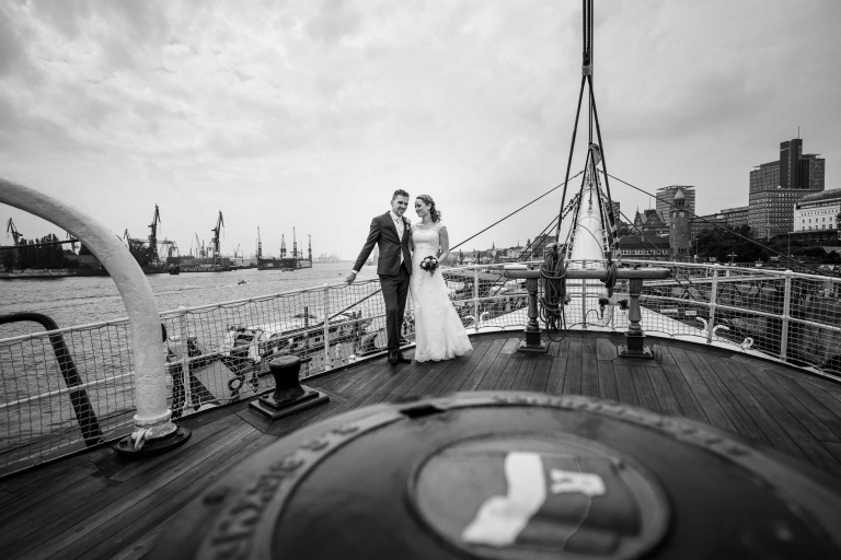 Hochzeitsfotograf Hamburg Hafen Rickmer Rickmers mit Brautpaar auf Schiff
